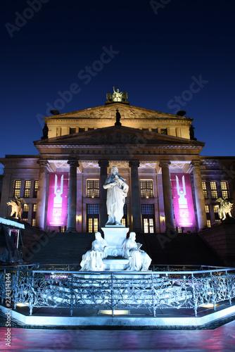 In de dag Theater Konzerthaus Berlin with Schiller statue on Gendarmenmarkt square at night, Berlin City, Germany