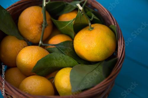 sepetin içinde taze ve sulu mandalinalar