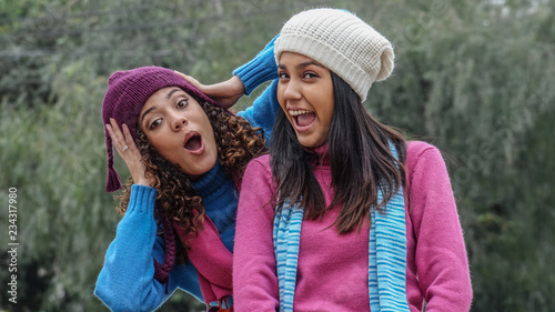 Платно Silly Fun Teen Girl Friends In Winter