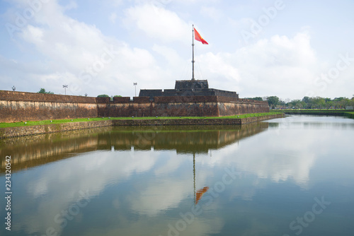 Foto  View of the main bastion of the ancient fortress with a waving national flag