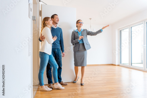 Photo Maklerin und junges Paar auf einer Wohnungsbesichtigung