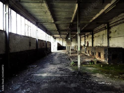Tuinposter Oude verlaten gebouwen Heizhaus in einer verlassenen Kaserne