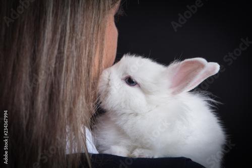 Coniglio sulla spalla di una donna