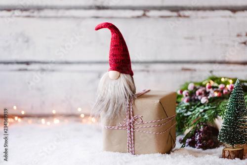Photo Bald ist Weihnachten! Kleiner Wichtel sitz auf Geschenk  vor weihnachtlich, wint
