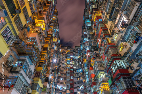 stary-budynek-przy-noca-hong-kong