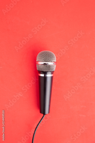 Fotografía microphone in colorful background