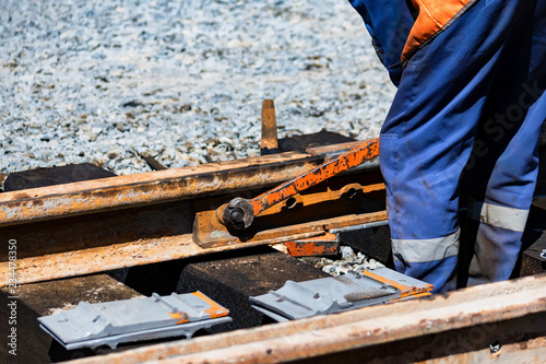 Fotografía Worker tightens the skrew in railway or tram tracks