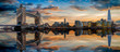 canvas print picture - Die Skyline von London: von der Tower Bridge bis zum Tower nach Sonnenuntergang mit Reflektionen in der Themse