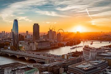 Sonnenuntergang hinter der Skyline von London: an der Themse entlang bis zur Westminster Brücke