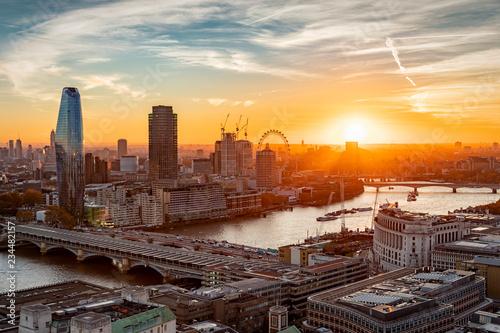 obraz dibond Sonnenuntergang hinter der Skyline von London: an der Themse entlang bis zur Westminster Brücke