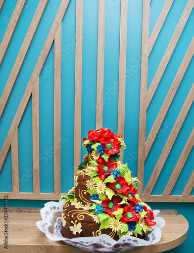 Fotografía  colorful bridal traditional Ukrainian loaf with red poppies.