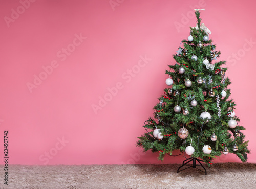 Photo sur Aluminium Arbre Christmas tree with beautiful ornaments on pink background