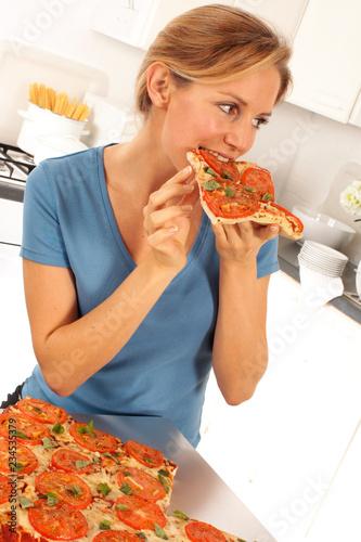 Fotografie, Obraz  GIRL EATING PIZZA