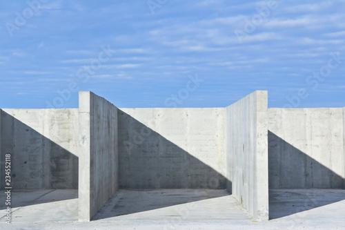 konstrukcja-z-betonu-zbrojonego-na-placu-budowy-pochmurno-beton-monumentalny