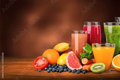 Poster Sap Tasty fruits and juice with vitamins on background