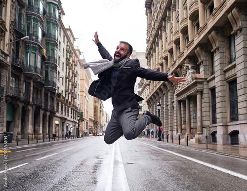 Un chico joven salta en el medio de la calle Via Laietana de Barcelona en un día Canvas Print