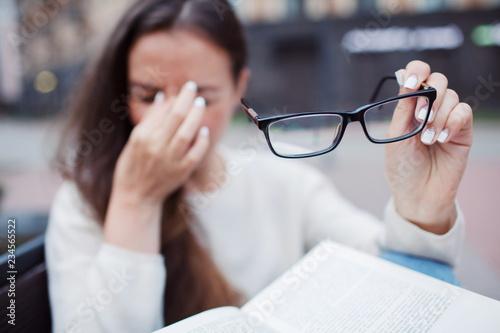 Fotografía  Closeup portrait of attractive female with eyeglasses in hand