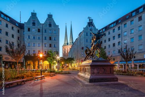 Nikolaikirche und St. Georg Statue im historischen Nikolaiviertel, Berlin, Deutschland