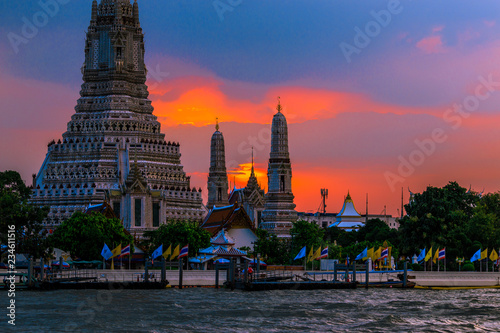 Wat Arun Ratchawararam Ratchawaramahawihan- Bangkok: Location at Chao Phraya River cruise tourists, dining on the boat and watch the evening light on the river, in Phranakhon, Thailand