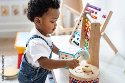 Young boy playing with educational toys Fototapet