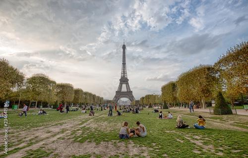 Photo  PARIS, FRANCE, SEPTEMBER 5, 2018 - View of Tour Eiffel from Champ de Mars in Paris, France