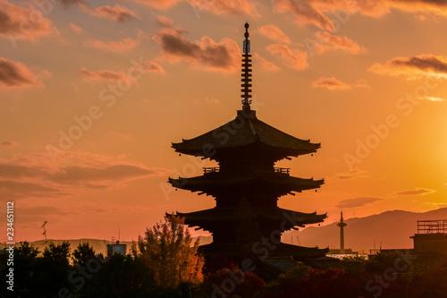 Printed kitchen splashbacks Kyoto 日本、秋の京都の夕日、八坂の塔と京都タワーの絶景