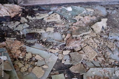 Fotografía deteriorated asbestos debris