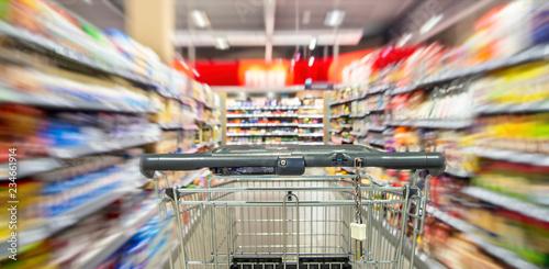 La pose en embrasure Magasin alimentation Einkaufswagen in einem Supermarkt