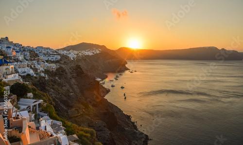 Foto op Plexiglas Zee zonsondergang Beautiful mountains and sea at sunset