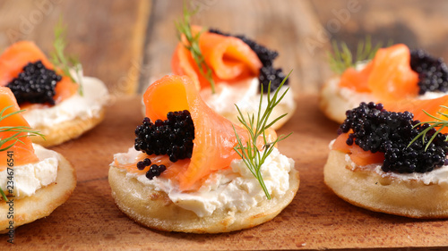 Photo bread with cheese, salmon and caviar