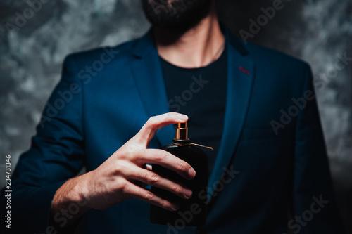 Fototapeta man hand perfume obraz