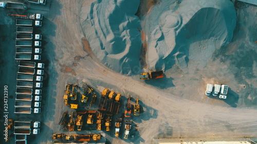 widok-z-gory-anteny-maszyny-kamieniolomu-zgnieciony-w-fabryce-materialow-budowlanych