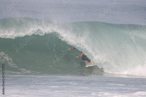 Fotografie, Obraz  surfeur dans un tube