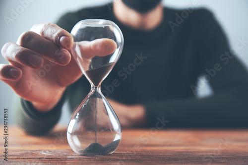Fotografiet  man hand sand clock