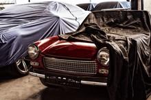 Schöner Roter Italienischer Oldtimer Mit Einem Tuch Bedeckt Bis  Auf Die Haube Mit Scheinwerfer Und Kühlergrill Drumherum Abgedeckte Oldtimer