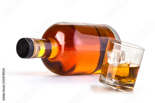 Photo whiskey bottle with glass