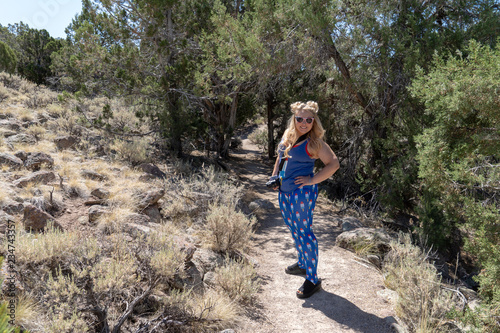 Photo Young blond woman hiker wearing goofy American patriotic clothing and sunglasses
