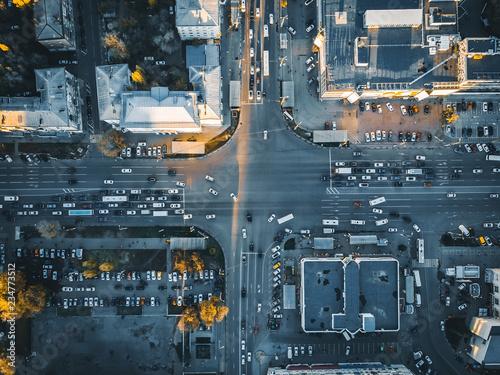 ruch-drogowy-na-skrzyzowaniu-lub-skrzyzowaniu-centrum-miasta-europejskiego-widok-z-lotu-ptaka-lub-z-gory