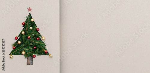 Fotografía  Text or logo empty copy space in vertical top view cardboard with natural eco decorated christmas tree pine