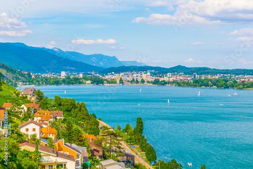 Fotomural  Cityscape of Biel/Bienne behind Bielersee in Switzerland