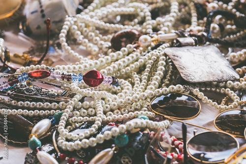 Photo Bijoux posés sur une table, colliers en perles et bijoux fantaisie
