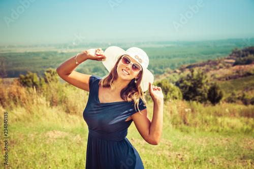 Fotografía  Carefree woman in a meadow in summertime.