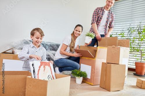 Fotografie, Obraz  Familie packt Umzugskartons aus beim Umzug