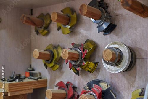 Photo Cuchillas de sierra en una carpintería