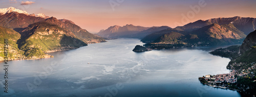 Photo Panormaic sunset view over Como Lake in Lombardy, Italy