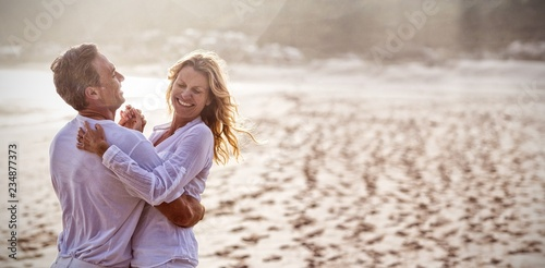 Photo  Mature couple having fun together at beach
