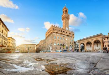 Firenca, Italija. Pogled na trg Piazza della Signoria s Palazzo Vecchio koji se odražava u lokvi pri izlasku sunca