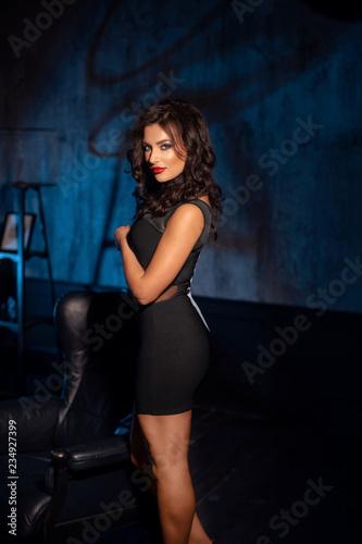 Fotografía  Beautiful brunette with red lips in a black dress