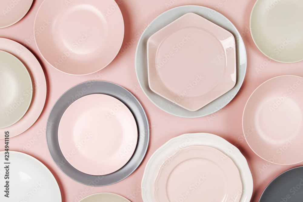 Photo  Plates and dishes for serving a festive table on pastel colors background