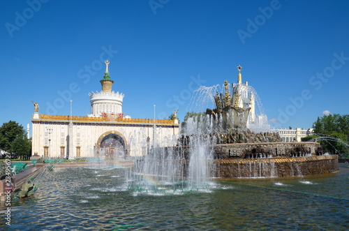 """Foto  Moscow, Russia - August 14, 2018: Fountain """"Stone flower"""" and the pavilion """"Ukra"""